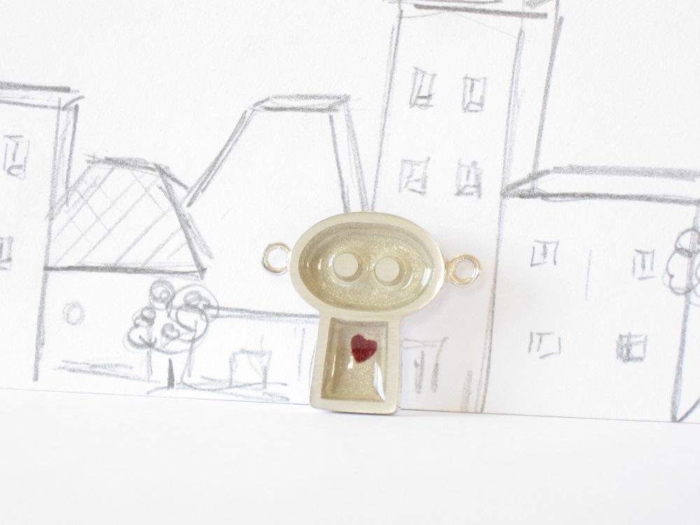 Gentil robot est amoureux, sterling silver and resin pendant, no.349