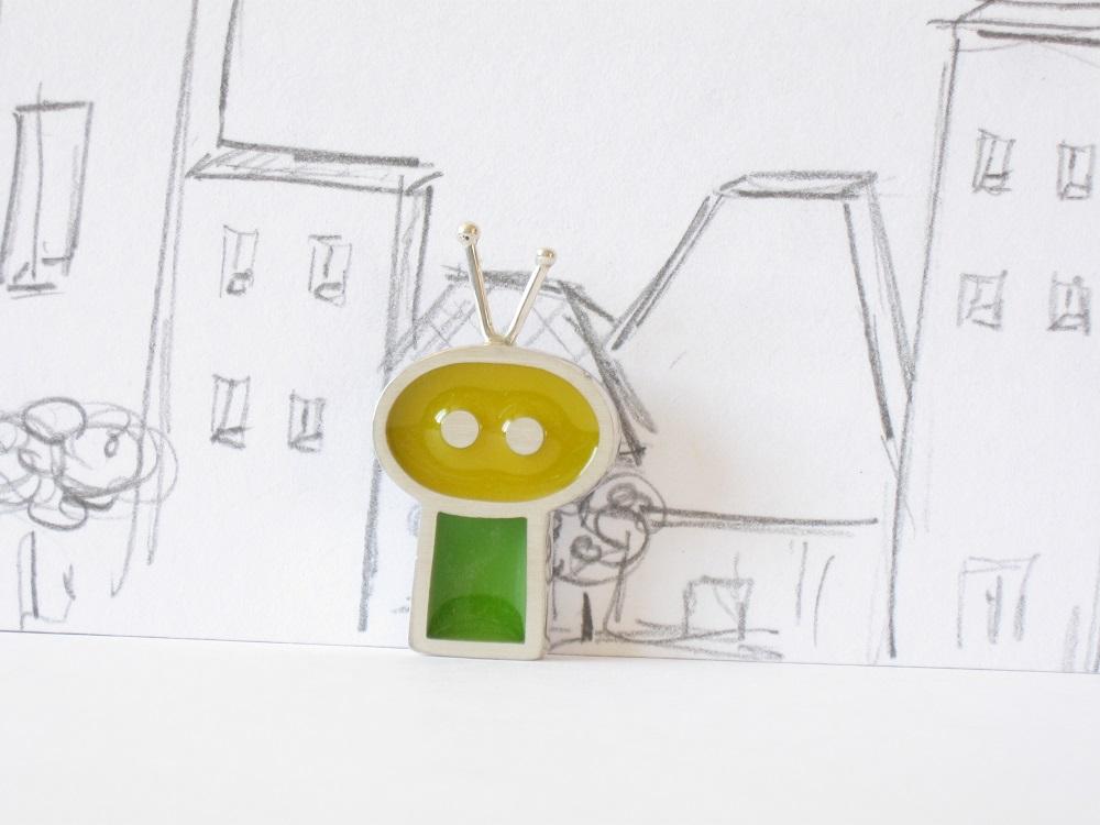 Gentil robot avec des antennes, sterling silver and resin pendant, no.350