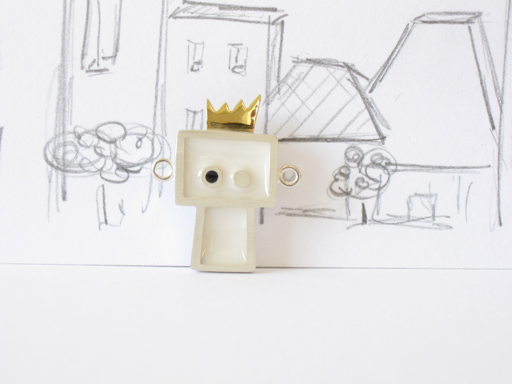 Gentil robot est le roi, sterling silver, brass and resin pendant, no.305