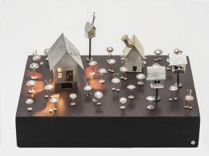 Vingt-cinq martiens, cinq maisons et un chien-2012-Sterling silver, brass, pearl, peridot and magnet, wood base-22 sur 15 sur 15 cm