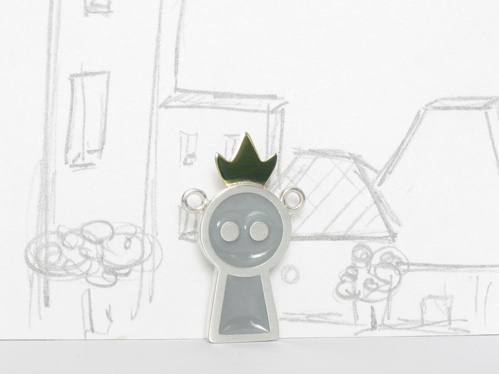 Gentil robot est une reine, sterling silver, brass and resin pendant, no.304