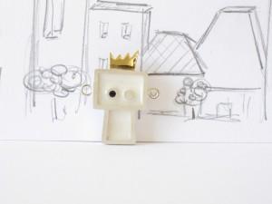 Gentil robot est le roi, pendentif argent sterling, laiton et résine, no 305