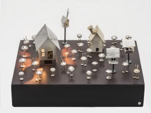 Vingt-cinq martiens, cinq maisons et un chien.-2012-Argent sterling, laiton, perles, péridot et aimant; base en bois-22 sur 15 sur 15 cm