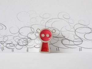 Gentil robot framboise et rouge, pendentif argent sterling et résine, no 358b