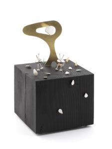 Mini monde 4, argent sterling,laiton et peinture en aérosol,9 sur 9 sur 15cm