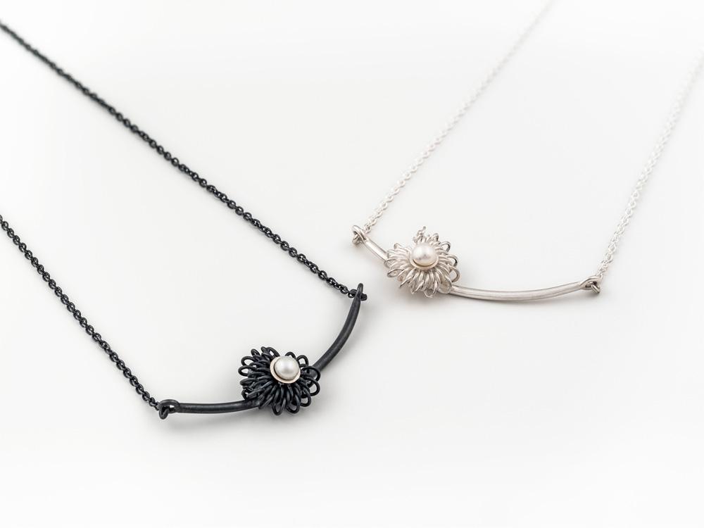 Collier en argent oxydé et perle, no.609b. Collier en argent et perle, no.609