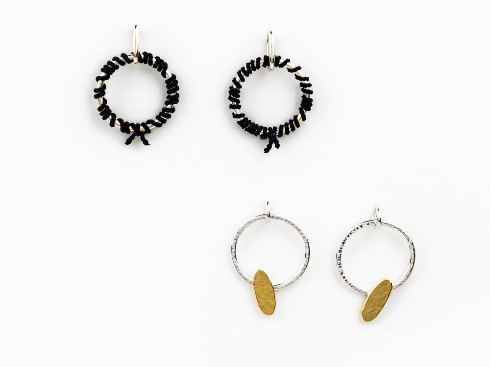Boucles d'oreilles en argent et fil de soie, no.500 Boucles d'oreilles en argent et laiton, no.505